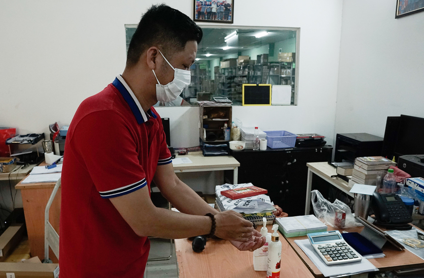 Nước rửa tay được trang bị tại cổng ra vào và trên các bàn làm việc.