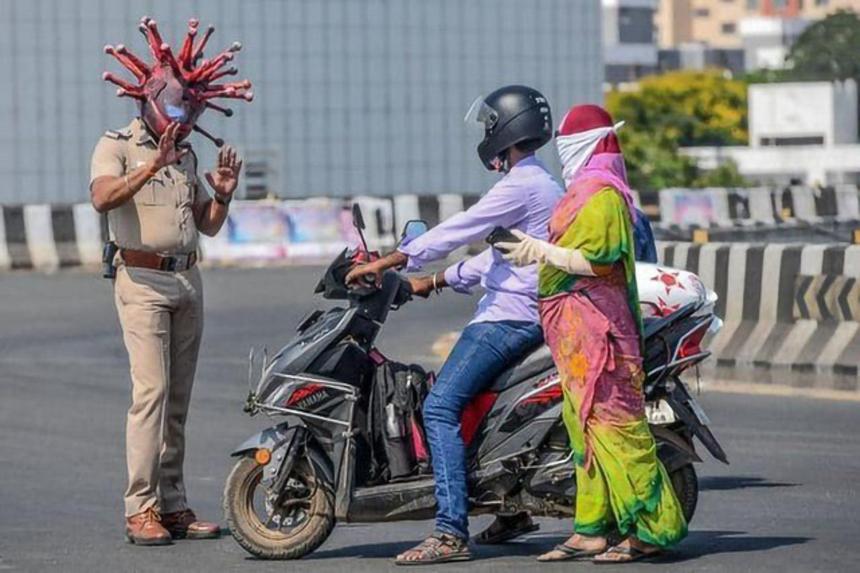 Rajesh Babu - sỹ quan Ấn Độ ở thành phố Chennai - đã kết hợp với một nghệ sĩ địa phương thiết kế chiếc mũ bảo hiểm có hình dáng của virus corona để cố gắng giải thích với người dân tầm quan trọng của việc cách ly xã hội