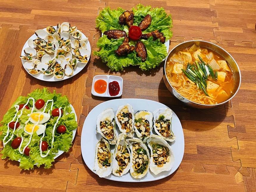 Mâm cơm tham gia thử thách 'Master Chef' được xem là bữa 'sang chảnh' nhất với anh Đỗ Hoàng Lộc - nhân viên TIN, bao gồm: Salad; canh kim chi; hàu nướng mỡ hành; ngao nướng mỡ hành; cánh gà nướng. Đây là một ví dụ cho người thích ăn hải sản tại nhà.