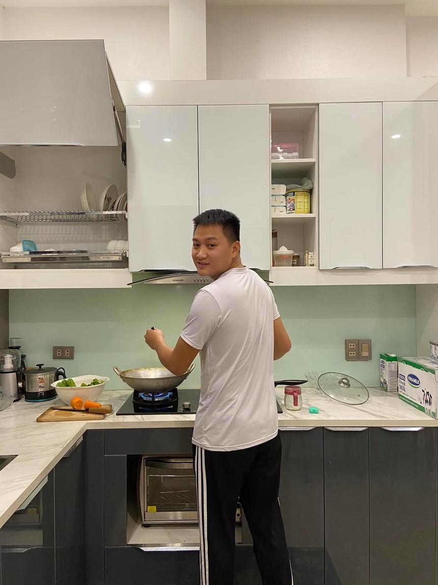 Anh Vương Trung Kiên - nhân viên kinh doanh Hà Nội 9 - chia sẻ mâm cơm tươm tất với giá chưa đầy 200.000 đồng. Tromg đó, có 4 món chính, 1 món phụ gồm: sườn xào chua ngọt; cá cơm khô rim gừng cay; canh cua rau mùng tơi; đậu rán mắm hành; nộm salad dưa chuột. Theo anh Kiên, tận dụng thời gian tối ở nhà, mâm cơm gia đình như thế này không tốn nhiều thời gian. Các món ăn không cầu kì, quan trọng là cả nhà đều thích và đầy đủ chất dinh dưỡng cần thiết.