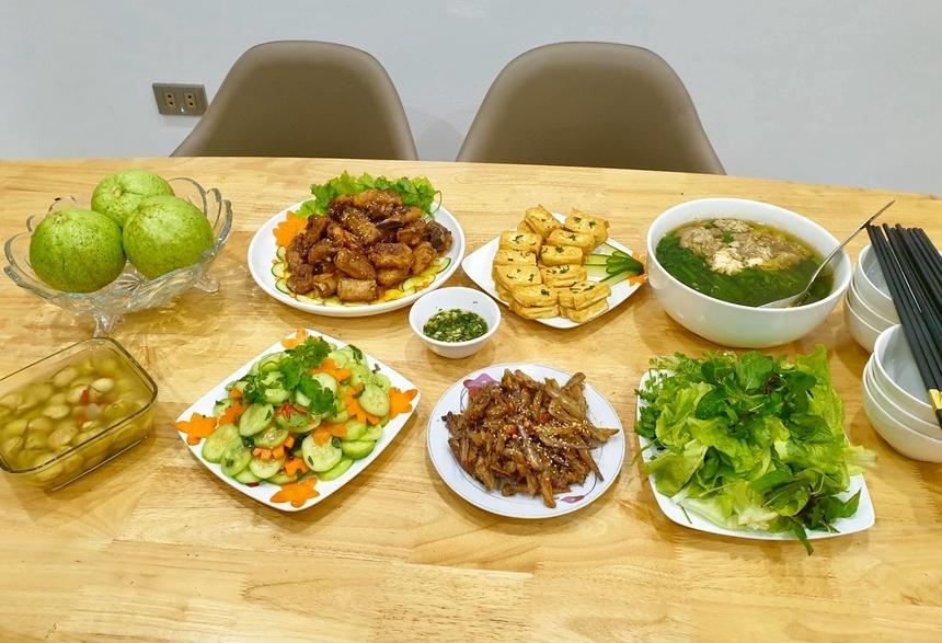 Các món ăn đều do tự tay anh Kiên nấu, được bày biện kĩ càng, đẹp mắt. Một tuần anh đều dành tối thiểu 1 buổi tối để nấu cơm cho 2 người phụ nữ mà anh yêu thương nhất.