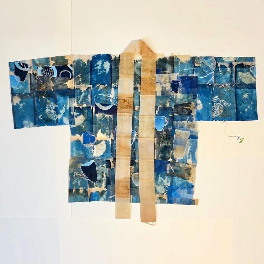 Ngày 13: Áo choàng bảo hộ cá nhân Kỹ thuật in màu xanh đơn sắc trên túi trà đã qua sử dụng, bút đánh dấu màu trắng.