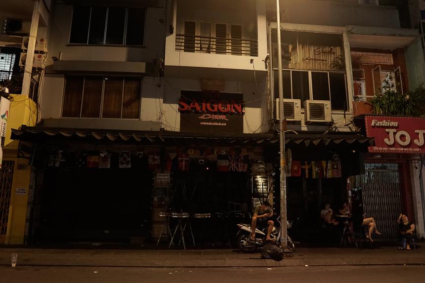 Hồi tháng 2, sau một thời gian yên ắng khi dịch xuất hiện, phố Tây Bùi Viện từng tấp nập khách, trở lại. Nay cảnh các quán bia, pub... hầu hết đã đóng cửa.
