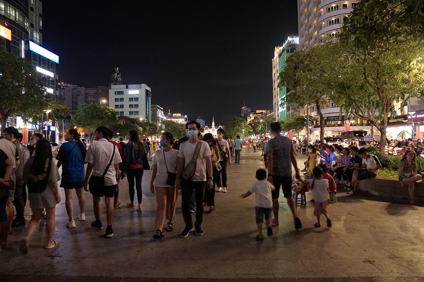 Ngược lại, khung cảnh tại phố đi bộ Nguyễn Huệ lại sôi động hơn. Người dân kéo đến đây khá đông, nhiều người đeo khẩu trang, trong khi một số đã chủ quan không còn đeo khẩu trang tuy đến nơi đông người.