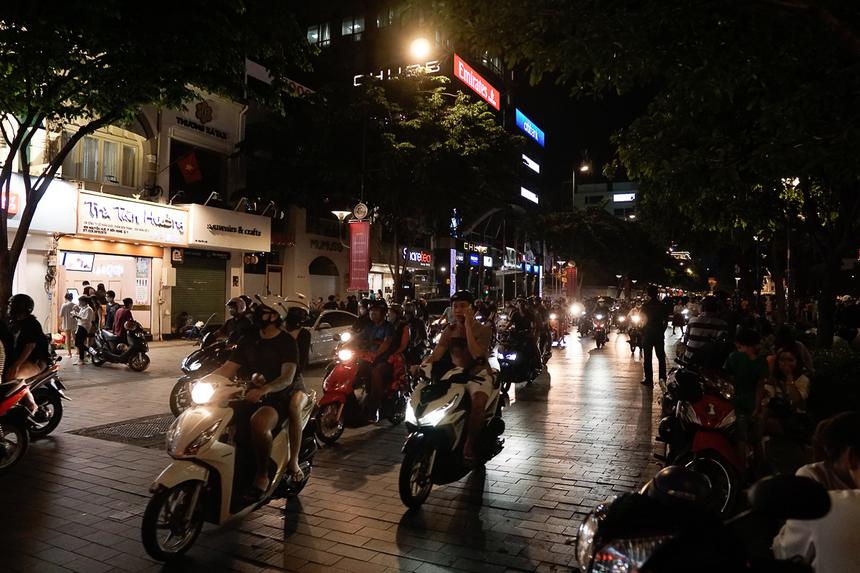 Đường phố xung quanh cũng tấp nập xe cộ.
