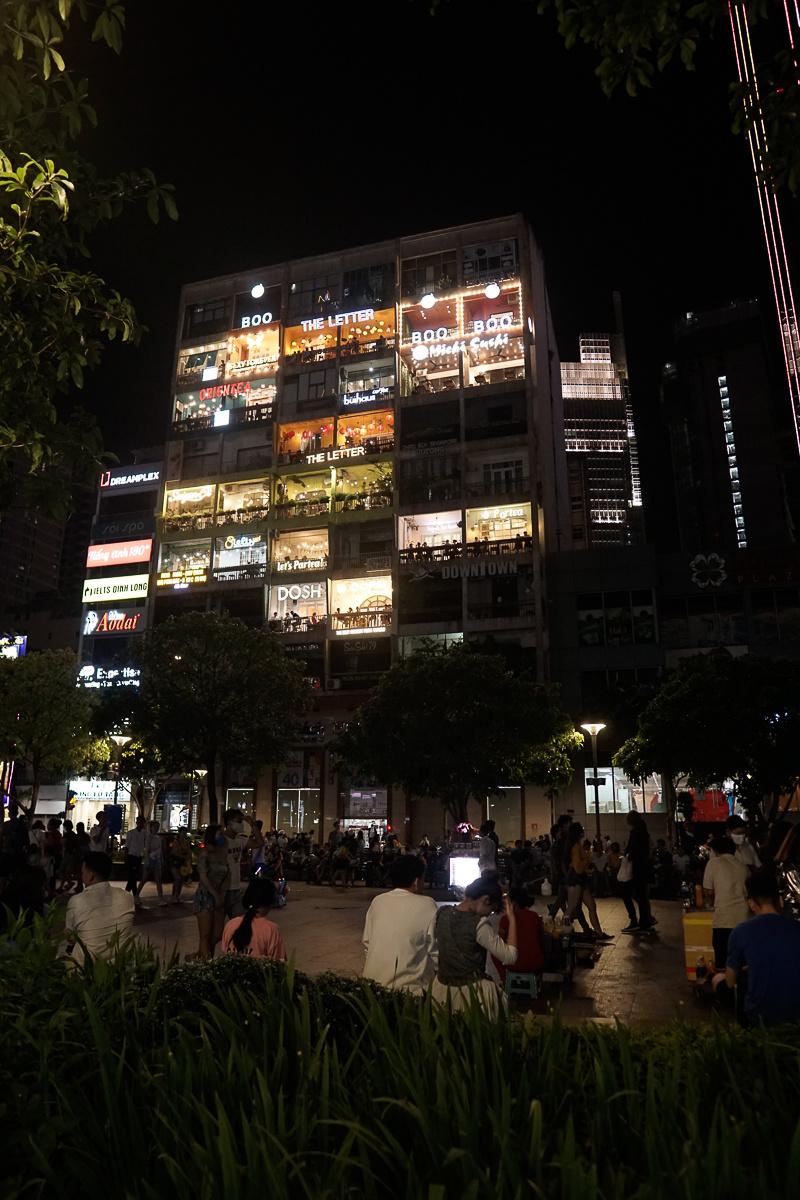 Căn chung cư 'hot' nhất phố Nguyễn Huệ và vẻ lung linh thường thấy. Có thể thấy nhiều người dân đã không còn e dè đến các hàng quán như đợt dịch cao điểm.