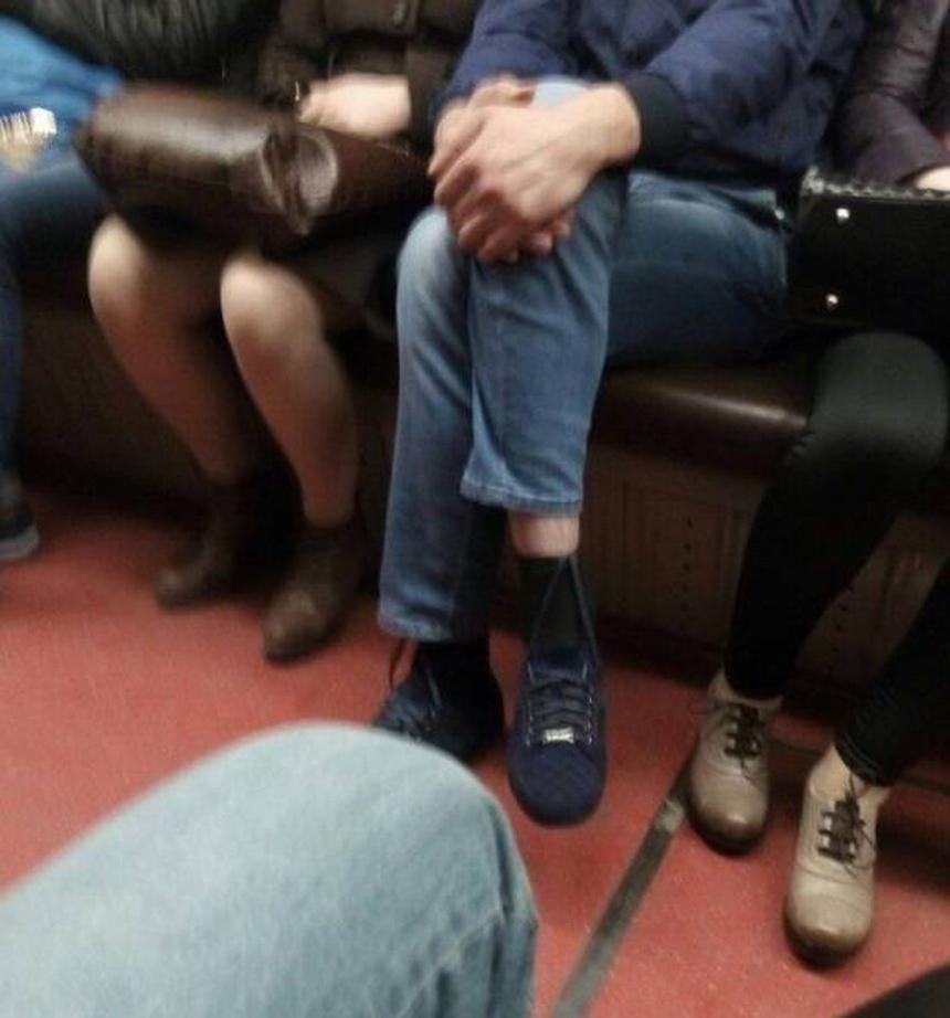 Buộc dây giày cũng lười.