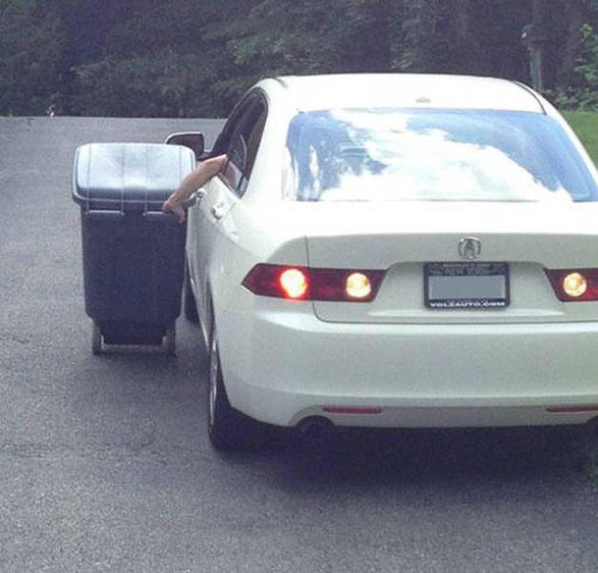 Xăng giảm giá nên lái xe đi đổ rác cũng không thành vấn đề.