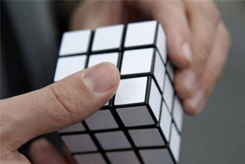 Đệ nhất thiên hạ xoay Rubic, xoay kiểu gì cũng vẫn thắng.