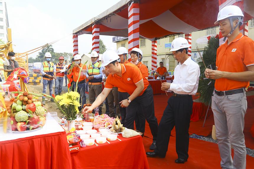 CEO FPT Nguyễn Văn Khoa và các lãnh đạo nhà F cùng khách mời thực hiện nghi thức trước lễ khởi công xây dựng Data Center mới. Đây sẽ là Data Center lớn nhất Việt Nam sau khi hoàn thành.