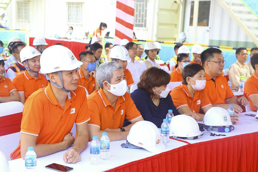 Máy Chủ FPT: Trương Thanh Thanh (Thành viên Hội đồng sáng lập FPT), chịLê Bích Loan (Phó Ban quản lý khu công nghệ cao TP HCM), anh Nguyễn Tuấn Hùng (CEO FPT HCM) và anh Vũ Anh Tú (PTGĐ FPT Telecom).