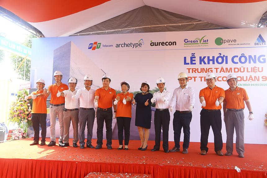 Máy Chủ FPT:  Nền tảng điện toán đám mây vững mạnh là hạ tầng cơ bản cho quá trình chuyển đổi số của các doanh nghiệp và kinh tế Việt Nam. Ngoài sự phát triển về hạ tầng Internet, để đáp ứng nhu cầu cũng như thúc đẩy thị trường, FPT Telecom đã đầu tư và đưa ra thị trường hàng loạt dịch vụ Cloud, đồng thời cũng là chủ sở hữu hệ thống Data Center lớn nhất tại Việt Nam nhằm hỗ trợ tối đa các tổ chức, doanh nghiệp trong quá trình chuyển đổi về: hạ tầng, ứng dụng, quản lý, an toàn thông tin…