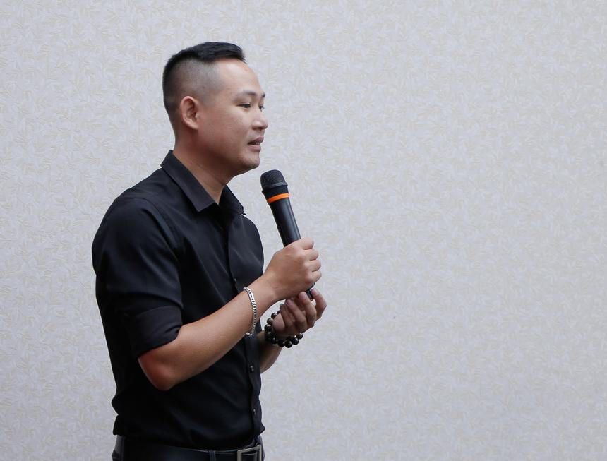 Anh Trần Quốc Phú, quản lý shop 205 Nguyễn Sinh Sắc, Đồng Tháp, là một trường hợp khá đặc biệt khi bị 'bà xã' vốn làm trong FPT Retail 'gài' vào phỏng vấn và làm việc ở vị trí quản lý kho. Vượt biết bao khó khăn, chuyển qua nhiều shop để học hỏi kinh nghiệm (TP HCM, Châu Đốc, Long Xuyên, Phú Quốc, Hà Tiên, Tràm Chim, Sa Đéc và chuẩn bị về lại TP HCM), trải qua 7 năm cố gắng không ngừng nghỉ, anh đã trang bị cho mình tinh thần vững vàng, bản lĩnh, vốn kinh nghiệm vô cùng phong phú và trở thành một trong 100 cá nhân xuất sắc nhất FPT Retail 2019.