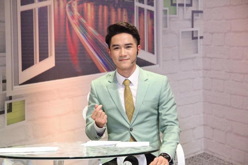 """Ngọc Thịnh đang là MC trẻ nhất kênh VTV6, thường xuyên lên sóng trong các chương trình được giới trẻ yêu thích như: """"Bữa trưa vui vẻ"""", """"Đại tiệc FA"""", """"Bản đồ ẩm thực Việt Nam""""… Anh chàng nhận được nhiều thiện cảm từ khán giả nhờ lối dẫn trẻ trung, linh hoạt, cái duyên ngầm lạ lạ của một người học kỹ thuật nhưng lại bén duyên với nghề MC."""