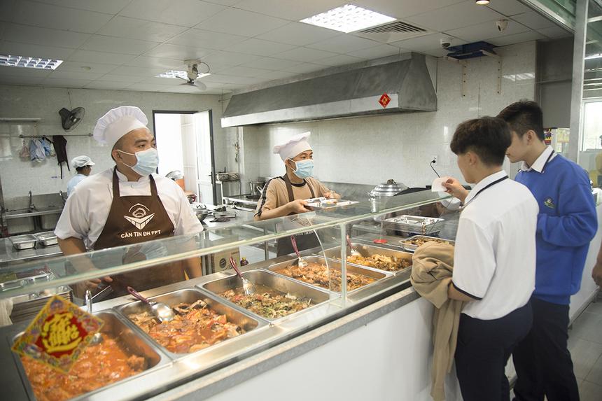 Đầu năm nay, nhà trường đã bố trí canteen mới phục vụ cho học sinh, giáo viên và cán bộ nhân viên. Các suất ăn có giá 25.000 đồng với cơm, rau và canh hoàn toàn miễn phí, không giới hạn số lượng.
