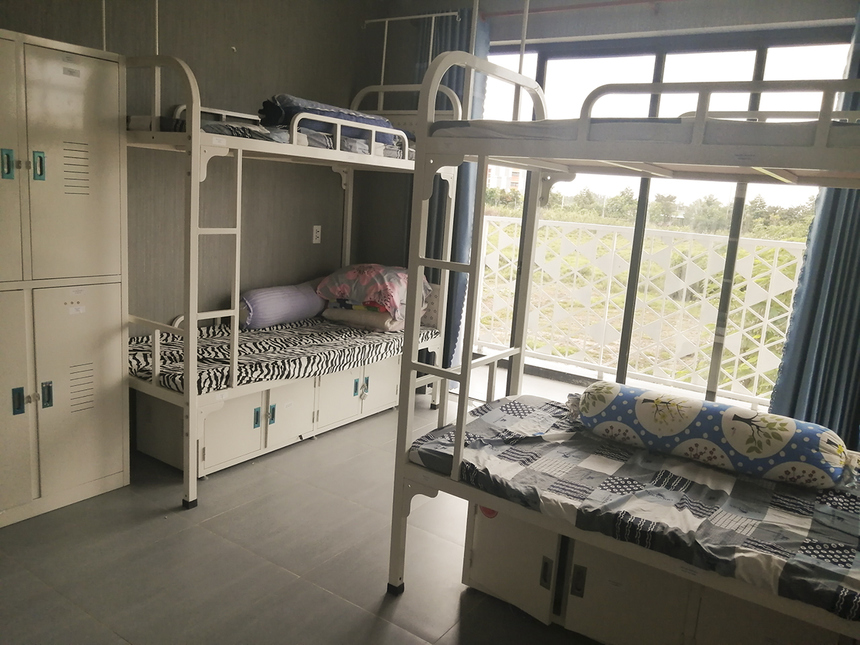 KTX của nhà trường được xây dựng từ tháng 2/2019 và đưa vào sử dụng 8 tháng sau đó để đáp ứng nhu cầu nội trú của học sinh. Mỗi phòng được bố trí 4 giường, dành cho 8 học sinh.