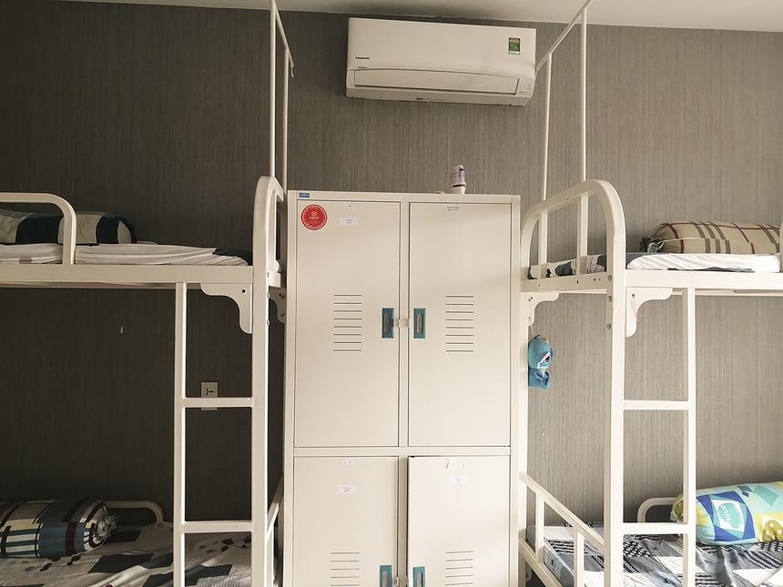 Phòng ở được trang bị đầy đủ giường, nệm, tủ cá nhân và điều hòa nhiệt độ với nhà vệ sinh riêng. Mỗi phòng nội trú sẽ có giáo viên quản nhiệm quản lý, chăm lo đời sống và giúp các em xây dựng cuộc sống tập thể, có kỷ luật và tự lập.