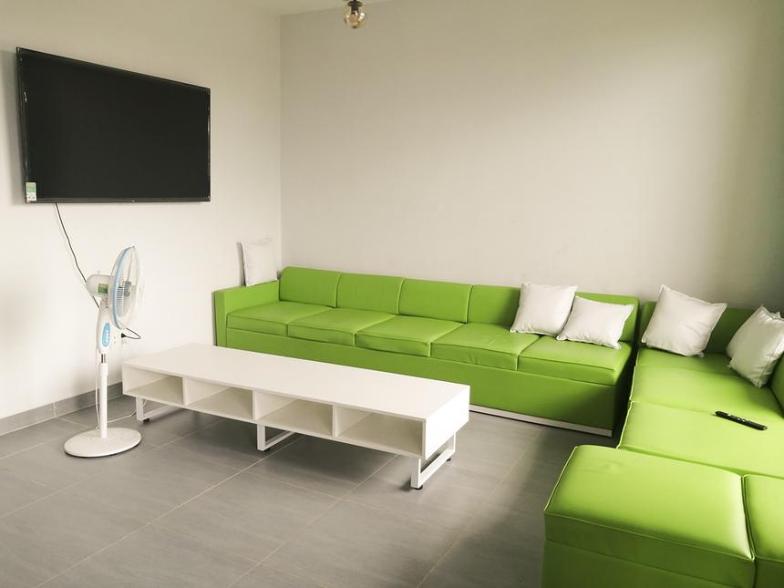Ở khu vực tầng trệt, KTX được bố trí TV và ghế sofa để học sinh thư giãn sau những giờ học trên lớp. Học sinh có thể lựa chọn về nhà vào thứ Bảy, Chủ nhật hằng tuần hay ở lại trường để tham gia các hoạt động ngoại khóa và sinh hoạt tập thể khác.