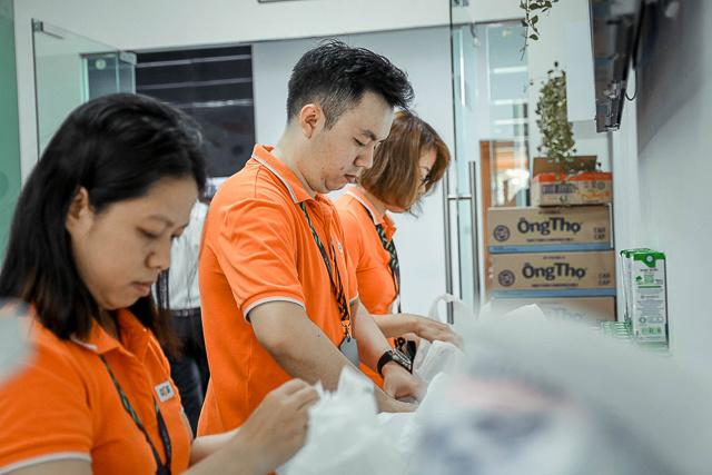 Cán bộ Văn hóa - Đoàn thể, đội ngũ tình nguyện viên, Ban Quản lý tòa nhà phối hợp tổ chức chương trình hiến máu.