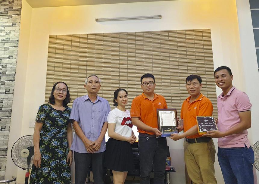 Anh Ngô Tấn Minh (Cán bộ quản lý hạ tầng FPT Telecom) được vinh danh tại nhà trước sự chứng kiến của bố mẹ và vợ.