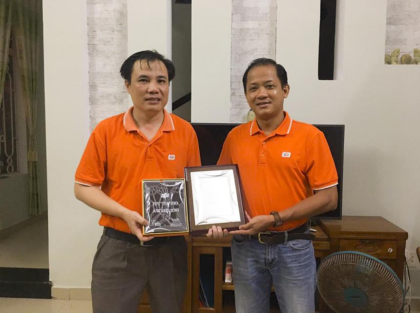 Anh Nguyễn Văn Tâm (PGĐ chi nhánh Synnex FPT Đà Nẵng) đã nhận kỷ niệm chương Top 100 FPT 2019 từ tay anh Nguyễn Minh Đức (Giám đốc Synnex miền Trung - Tây Nguyên).