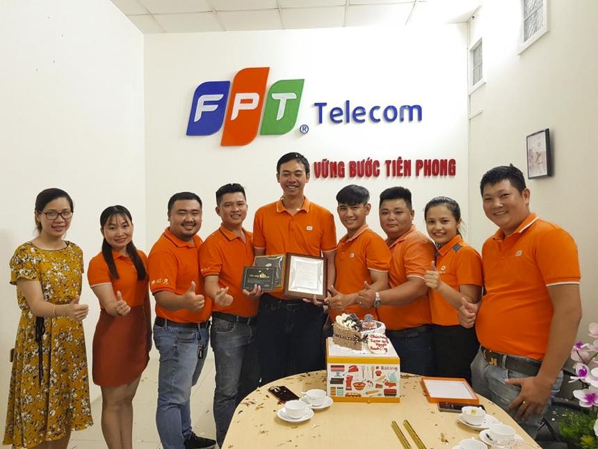 Anh Nguyễn Thanh Long (Trưởng phòng Quản lý Kỹ thuật, FPT Telecom Kiên Giang) đã được tôn vinh bên cạnh những đồng nghiệp của mình tại văn phòng chi nhánh từ tay anh Phạm Tuấn Cường (PGĐ FPT Telecom Kiên Giang).