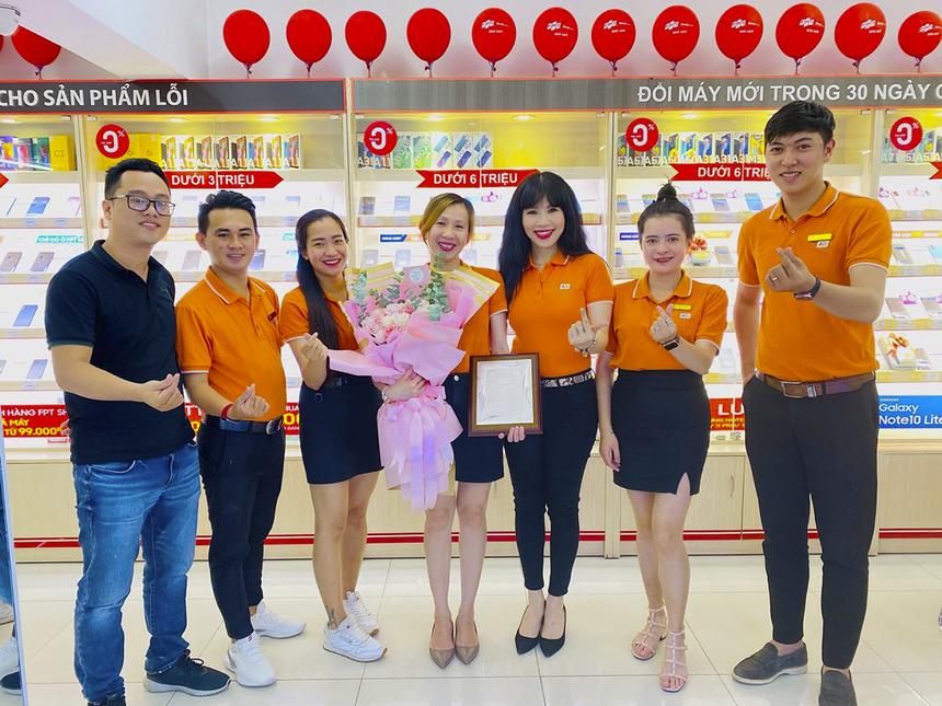 Chị Trương Tuyết Nga (Giám sát Kinh doanh khu vực FPT Retail) đã nhận quà tôn vinh từ sứ giả Nguyễn Thị Thái Hòa (GĐ Vùng kinh doanh miền) ngay tại cửa hàng FPT Shop.
