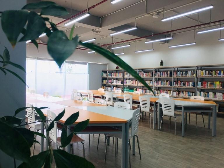 Khởi công vào đầu tháng 3/2018, sau hơn 18 tháng thi công, toà nhàĐH FPT HCM cơ sở quận 9đã chính thức đưa vào sử dụng từ ngày 9/9. Ý tưởng về thư viện mở được thực hiện bởi kiến trúc sư Võ Trọng Nghĩa chủ trì và các đồng nghiệp Kosuke Nishijima, Sawa Hidetoshi, Trần Thị Hằng.
