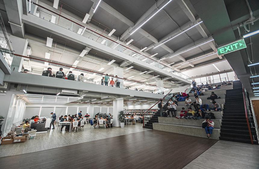 Thư viện ĐH FPT TP HCM nằm riêng biệt với 3 tầng nối tiếp, liên kết nhau bằng những bậc thang, tạo thànhkhông gian mở. Sinh viên có thể tự do lựa chọn chỗ ngồi được bố trí sẵn hoặc trên mặt sàn.