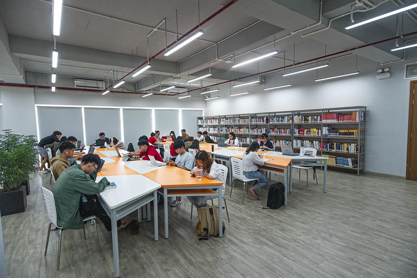 Bên cạnh không gian mở, thư viện cũng có những phòng kín tạo không gian yên tĩnh để sinh viên tập trung đọc sách, nghiên cứu, học tập cá nhân.