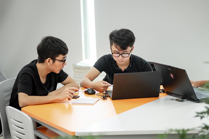 Những nhóm học tập cần thảo luận có thể sử dụng bàn lục giác nhằm tăng khả năng tương tác giữa các thành viên trong nhóm.