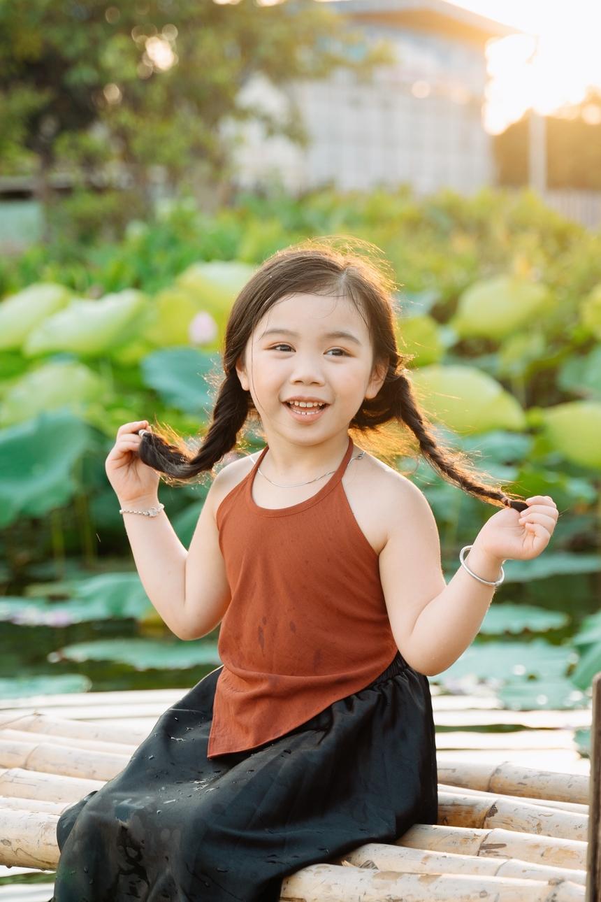 Tên thật của Đậu Đậu là Lan Chi - cô con gái xinh xắn của chị Ngô Thị Ngọc Loan (Synnex FPT). Mặc dù mới 5 tuổi nhưng Lan Chi có phong cách chụp hình rất chuyên nghiệp. Tuy nhiên, vẻ đáng yêu, ngây thơ của cô bé vẫn khiến các bậc phụ huynh trầm trồ.