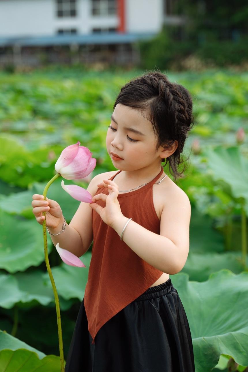 Bộ ảnh hoa sen là phần quà của Lan Chi nhân dịp Quốc tế thiếu nhi 1/6. Cô gái 5 tuổi hoá cô thôn nữ dịu dàng, đáng yêu.