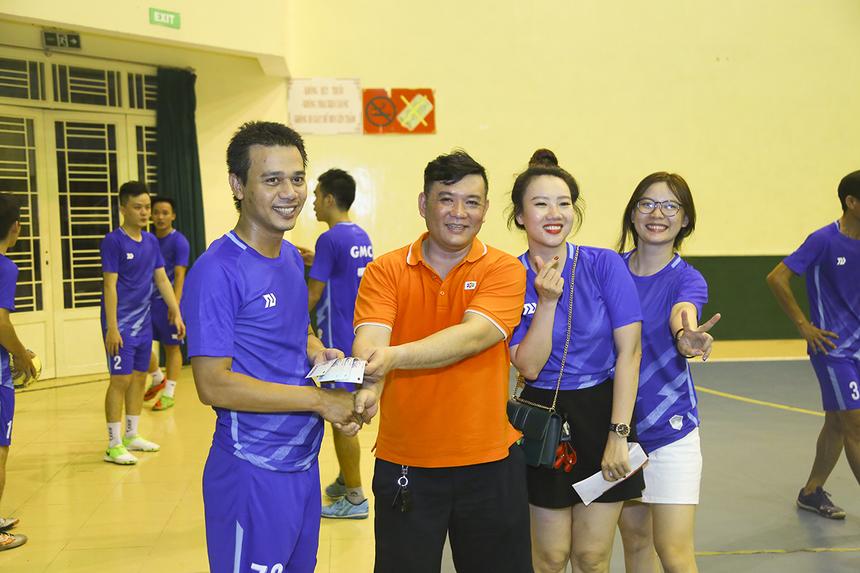 Anh Nguyễn Duy Phước - PTGĐ FPT IS GMC thưởng nóng cho các cầu thủ đội nhà hai triệu đồng nhờ thành tích ghi hai bàn thắng vào lưới đối phương ngay trong trận đấu mở màn.