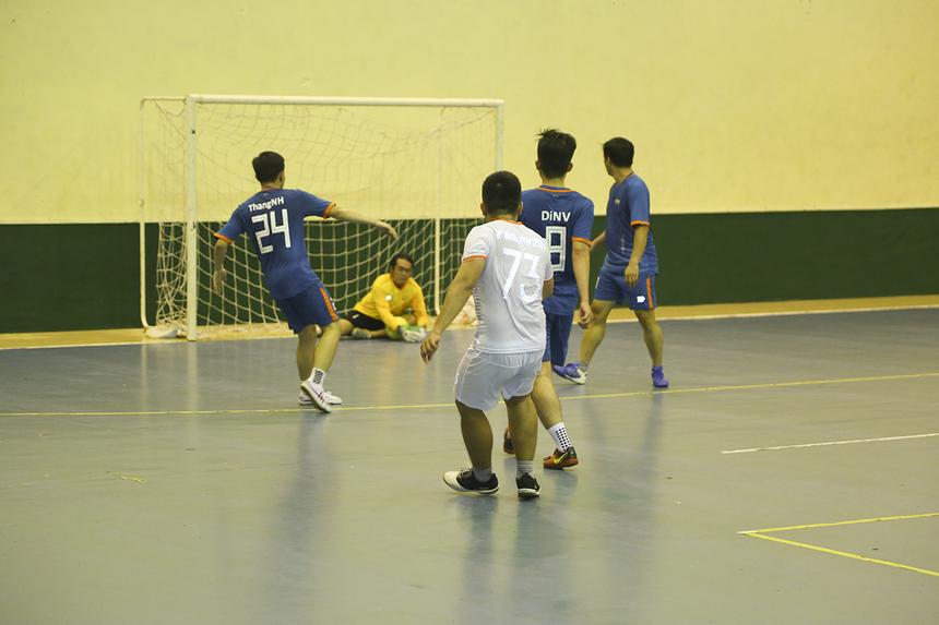 Trận đấu diễn ra trong thế cân bằng và phải đến phút 25 của hiệp hai mới xuất hiện bàn thắng thứ hai. Người lập công lại là số 73 Hoàng Trọng Nghĩa. Nếu không quá kém duyên trong những tình huống cuối trận, cầu thủ của FPT IS Service hoàn toàn có thể lập cú hat-trick.