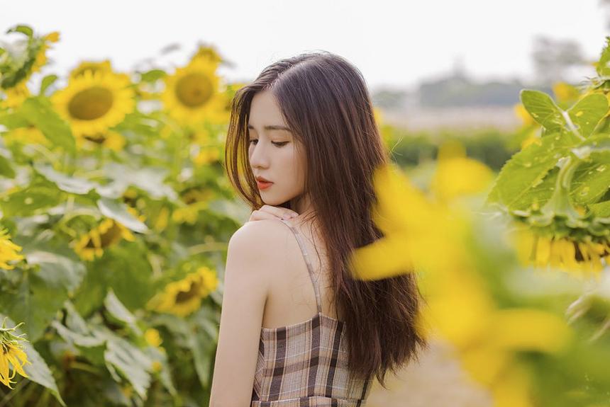 Hiện tại, ngoài việc theo học khoa Ngôn ngữ Nhật ở ĐH FPT Hà Nội, Mai Linh còn theo đuổi công việc người mẫu ảnh.