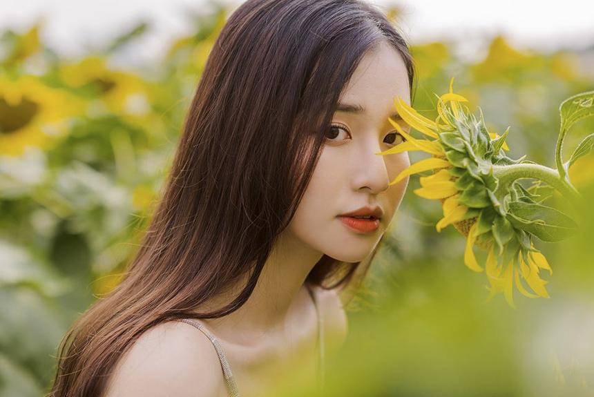 Với nhan sắc xinh đẹp, vóc dáng thanh mảnh cân đối, bộ ảnh tạo dáng giữa vườn hoa hướng dương vàng rực rỡ của nàng thơ ĐH FPT thu hút sự chú ý của cộng đồng mạng với hơn 1.700 lượt tương tác trên trang cá nhân của 10x.