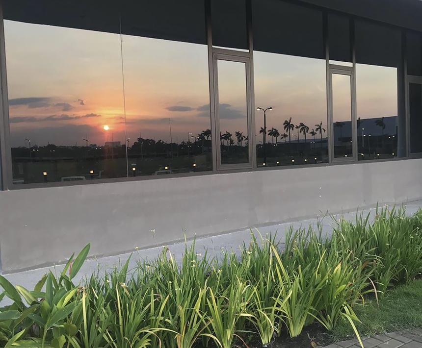 """Bức ảnh chụp sân sau của F-Town 3 được đặt tên """"Sunset Catcher"""" khiến người xem liên tưởng tới giây phút mặt trời lặn tại Los Angeles, Mỹ."""