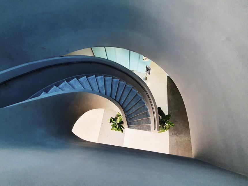 """Khu vực cầu thang xoáy trôn ốc mang thiết kế lấy cảm hứng từ phong cách Scandinavia của Thuỵ Điển. Dưới góc nhìn của các """"tay máy nghiệp dư"""", cấu trúc này biến hoá như những mê cung trong thần thoại Bắc Âu."""