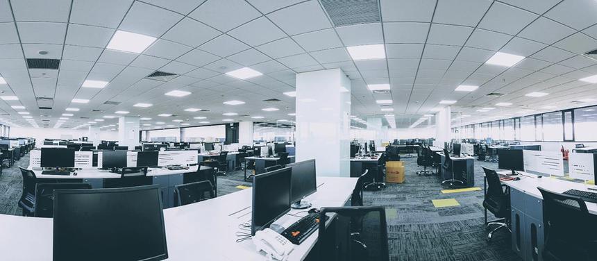 Tấm ảnh panorama thể hiện mặt cắt không gian làm việc bên trong tòa nhà của các lập trình viên. Văn phòng được thiết kế cập nhật phong cách Agile workspace, tạo không gian thoải mái và sáng tạo.