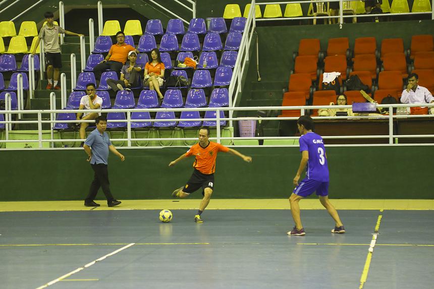Ở trận bán kết đầu tiên, nhì bảng B FPT IS ENT (áo cam) chạm trán đội đầu bảng A FPT IS GMC (áo xanh). Thế trận diễn ra cân bằng khi hai đội chủ động thi đấu chắc chắn, tránh phạm sai lầm.
