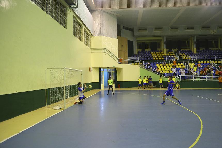 Các cầu thủ GMC gồm số 79 Hồ Vĩnh Phúc và số 7 Nguyễn Văn Đức liên tiếp sút trượt hai quả luân lưu.
