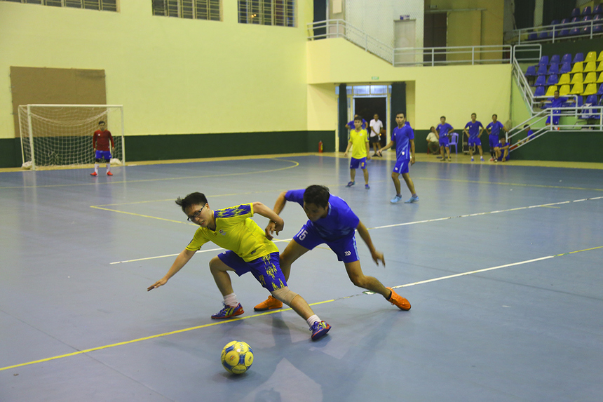 Giải futsal FPT IS Close 2020 bước vào ngày thi đấu cuối cùng, mở màn bằng trận tranh hạng ba giữa BA (áo vàng) và GMC (áo xanh). Với lực lượng thiếu hụt, BA tỏ ra lép vế so với đối thủ ngay từ những phút đầu.