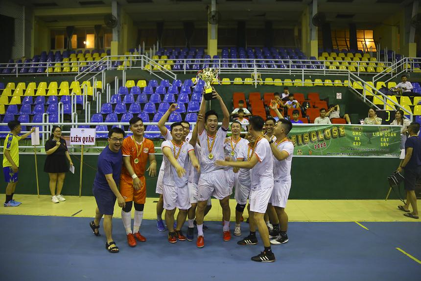 Trong khi đó, SRV đã có năm thứ ba liên tiếp vô địch giải futsal FPT IS Close với phong độ cực kỳ thuyết phục khi toàn thắng từ đầu giải, nhận cúp và tiền thưởng 4 triệu đồng.