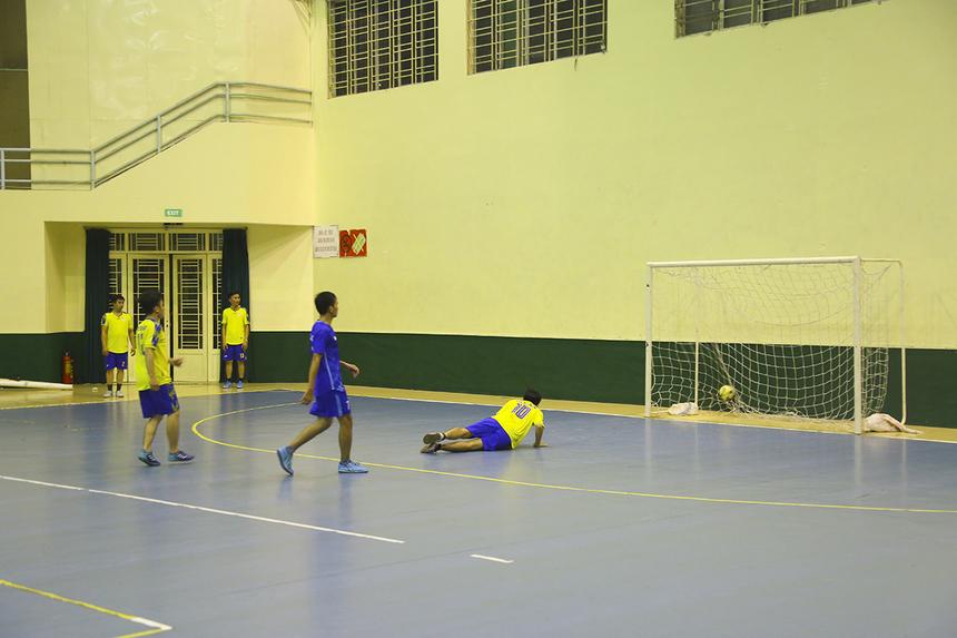 Chỉ trong hiệp 1, thủ môn Bùi Quang Long bên phía BA đã phải ba lần vào lưới nhặt bóng sau cú đúp ở các phút 15, 17 của số 6 Nguyễn Quốc Thịnh và một bàn ở phút 19 của số 7 Nguyễn Văn Đức bên phía GMC.