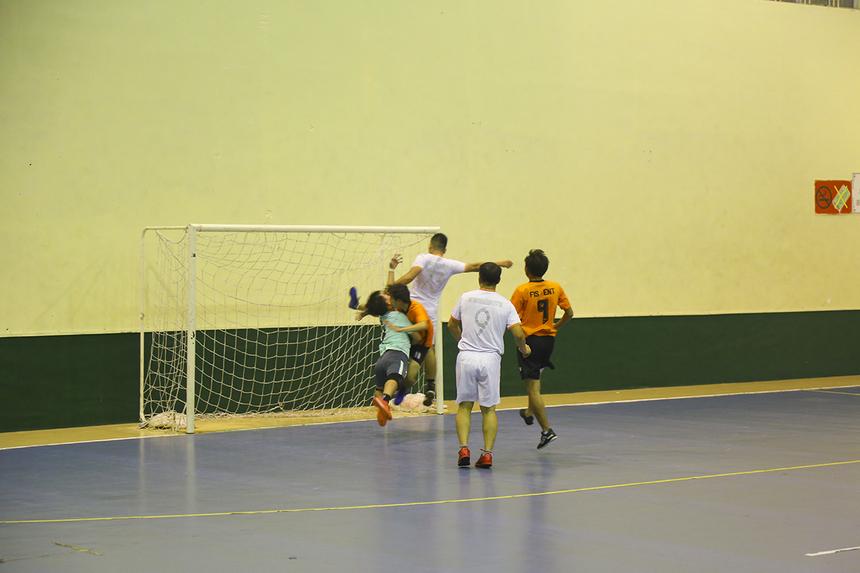 Những phút tiếp theo, bóng hầu như chỉ lăn bên phần sân ENT. Các cầu thủ áo trắng đã một lần đưa bóng vào lưới nhưng trọng tài xác định trước đó, số 73 Hoàng Trọng Nghĩa đã phạm lỗi với thủ môn Nguyễn Quang Phương của ENT.