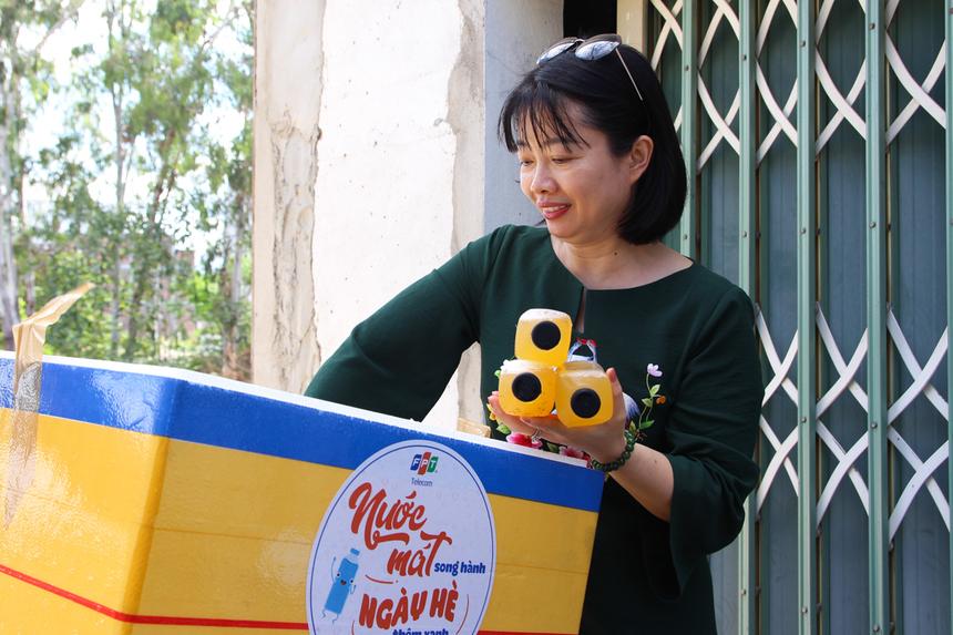 """Ngày 18/6,PTGĐ FPT Telecom Vũ Thị Mai Hương đã hưởng ứng chương trình """"Nước mát song hành - Ngày hè thêm xanh"""", cùng trao tận tay những chai nước đến CBNV chi nhánh Đà Nẵng."""