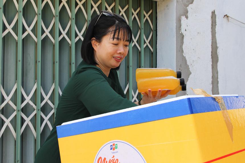Chương trình do FPT Telecom phát động trên toàn quốc, diễn ra từ ngày 10/6 đến 15/7. Dưới cái nắng khắc nghiệt của mùa hè, những chai nước mát sẽ được trao tận tay đến CBNV, đặc biệt là những 'chiến binh' đang ngày ngày làm việc dưới trời nắng nóng.