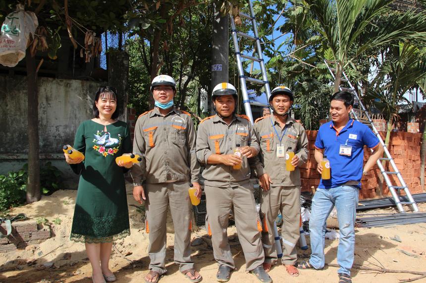 Các nhân viên khối Kỹ thuật làm việc tại một tuyến đường đang thi công tại quận Ngũ Hành Sơn, TP Đà Nẵng phấn khởi nhận nước mát.