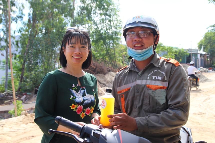 Anh Ngô Thanh Hòa (nhân viên Kỹ thuật) vui mừng khi được chị Hương hỏi thăm. Sau cuộc trò chuyện ngắn với nữ lãnh đạo, anh Hoà nhanh chóng lên xe cùng chai nước để tiếp tục công việc.